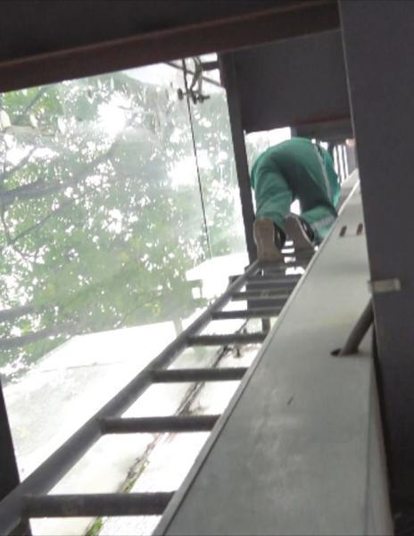 恐高医生爬 10 米高台救人