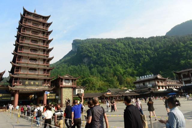 5 月 2 日,张家界武陵源核心景区,游客正在依次进入。图 / 邓道理