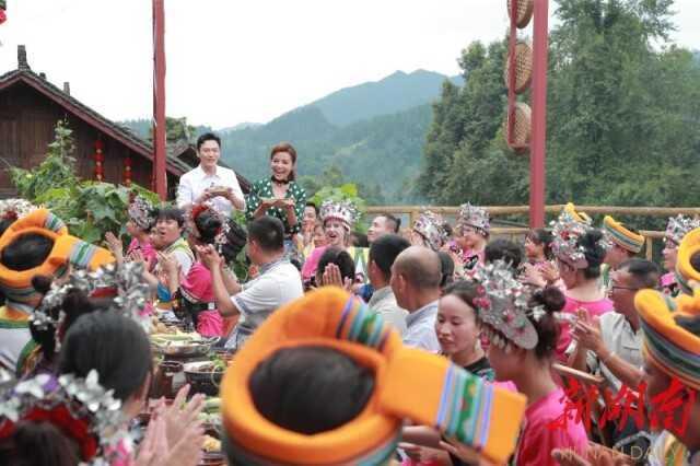 朱迅和张韬为村民们端上自己亲手做的美食