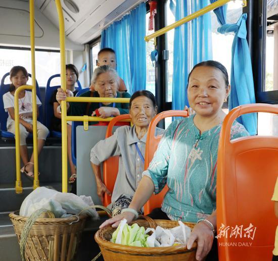 8月4日,保靖县清水坪镇贫困村黄连村,村民乘坐公交车。