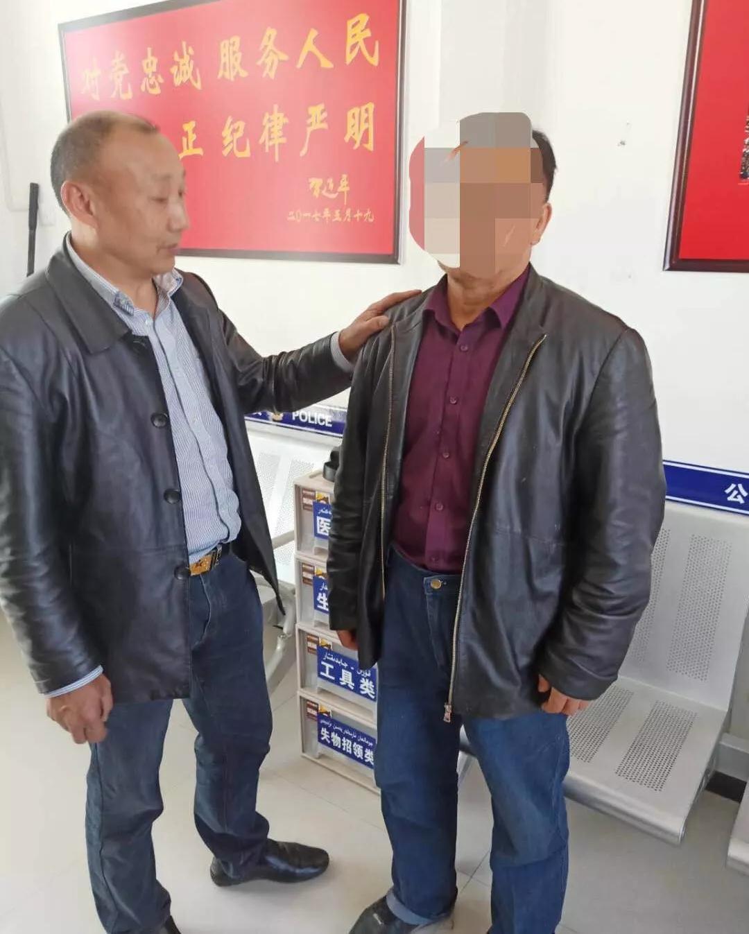 (左为经侦民警、右为嫌疑人周某峰)