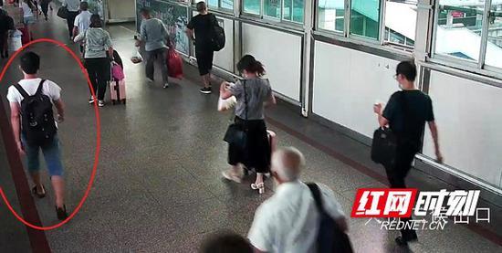 检票乘车时,手提袋已遗失。