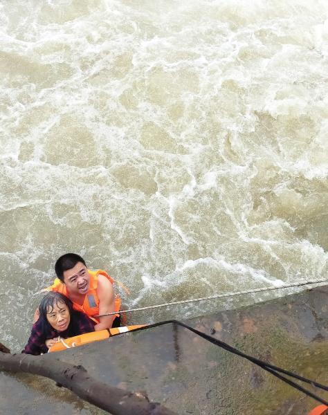 9月17日,浏阳市永安镇捞刀河文昌阁水坝,民警田高峰 跳到水里救人。              图/受访者提供