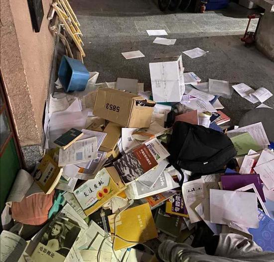 长沙高校图书馆扔学生考研资料引热议 自习占座现象为何难调解