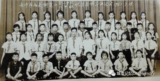 如意街小学1961年六甲班毕业照,二排右起第六人为陈祝三老师。陶国俊供图