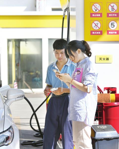 8月13日,长沙洞井路某加油站,车主正用手机扫二维码。图/记者金林