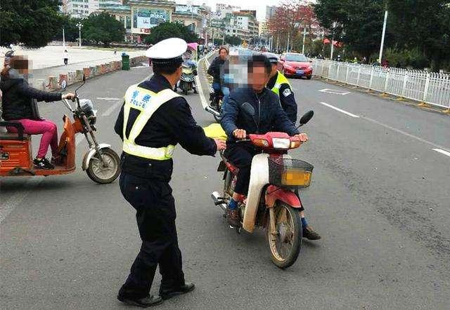 常德男子无证开摩托被查 袭警被刑拘