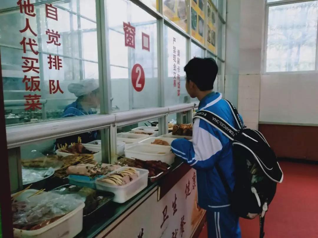 学校食堂门可罗雀
