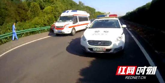 由于事发路段事故还在处理中,车行缓慢,为防止出现拥堵耽误送医,民警警车开道,40分钟后将孕妇送达医院。