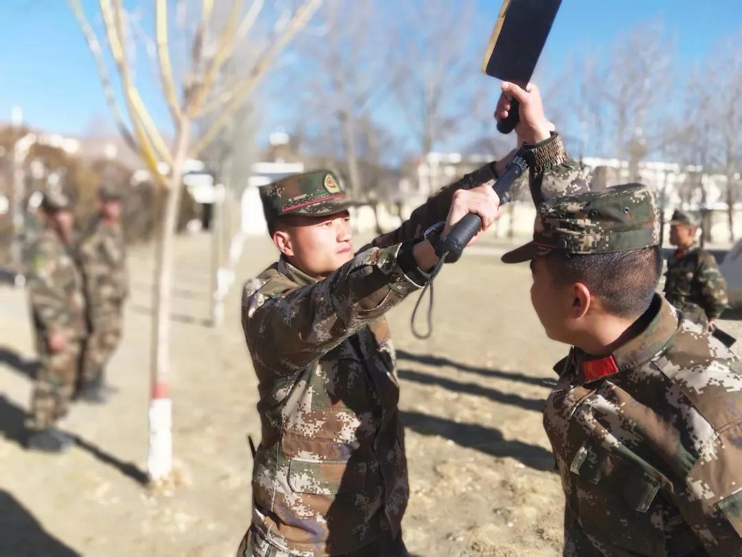 黄旭斌(左)在部队进行日常训练