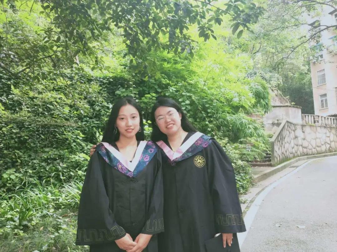 霍沭锦(左)和同学