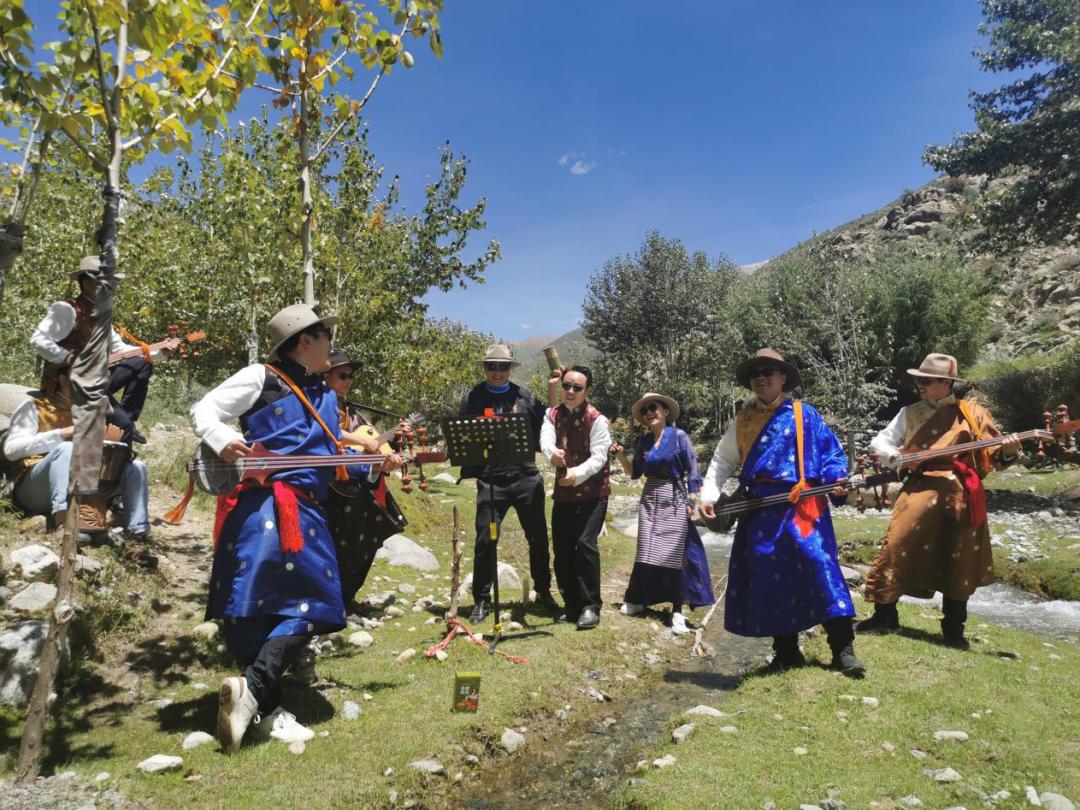 """△长沙援藏队组建""""长贡之子""""乐队,丰富援藏生活。"""