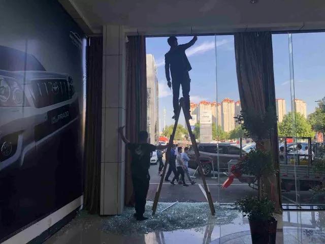 △被撞坏的门店玻璃