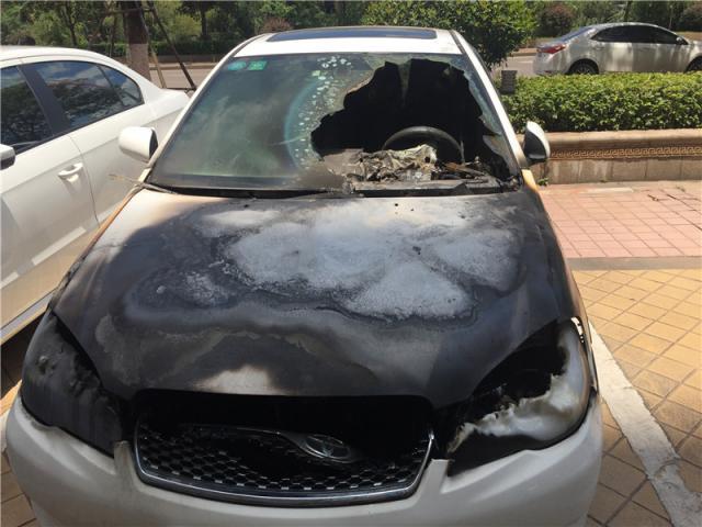 8 月 3 日,长沙市时代阳光大道附近一小区,雷先生被烧毁的丰田车仍停在小区北门附近。图 / 记者满延坤