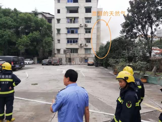 ▲民警、消防处置现场。画圈处空气中弥漫着大量天然气。