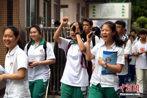 资料图:6月8日,广州华师附中考点,考生在考试结束后轻松走出考场。中新社记者 姬东 摄