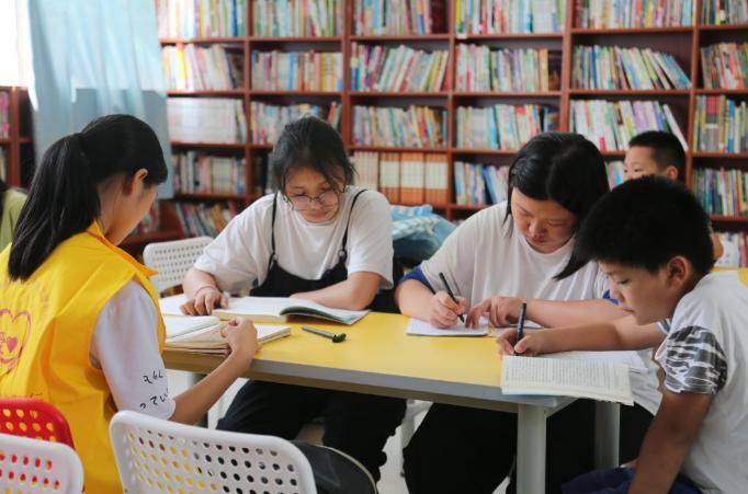 7月16日,学生们在五峰铺镇的爱心书屋学习。
