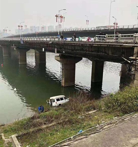 长沙男司机驾车冲进浏阳河 已排除酒驾嫌疑