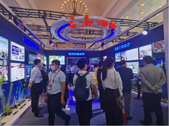 """▲""""三高四新""""展区集中湖南制造和创新成果,吸引大量观众驻足。"""