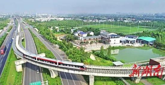 ▲2019年7月17日,一辆磁浮列车缓缓驶入梨站。湖南日报记者 李健 摄