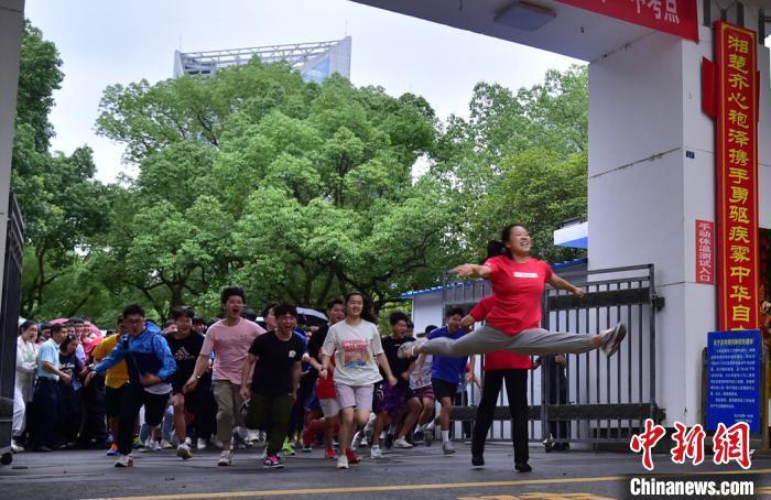 """罗子欣因在校门口跳""""一字马""""走红。 余佳桂 摄"""