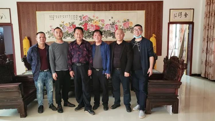 3月26日,走访慰问侨胞侨眷伍策磊的家人。