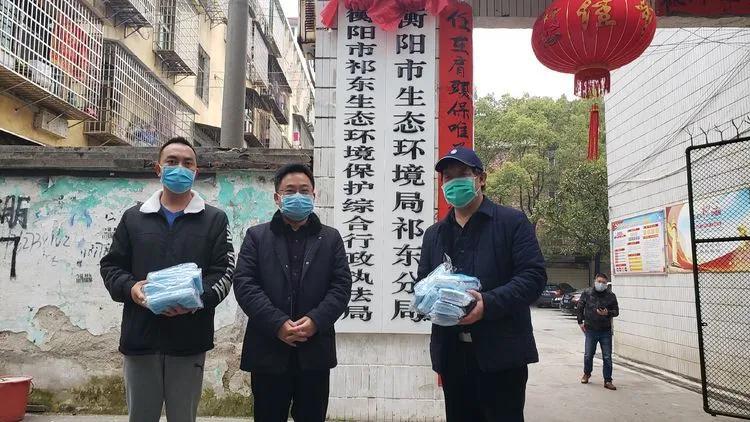 """3月2日,李春生主席带着徐文成和我来到县环保局,为抗""""疫""""一线工作人员捐送口罩。"""
