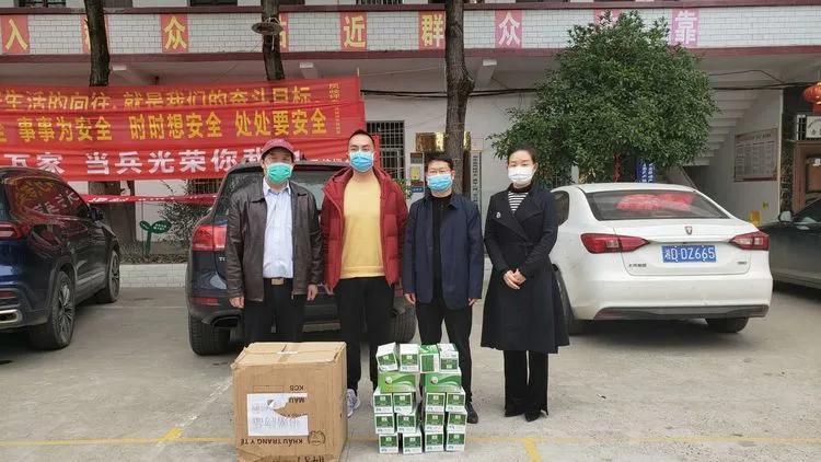 """2月26日,第六站,祁东县凤歧坪乡政府,为抗""""疫""""一线工作人员和复工复产企业捐送口罩。"""