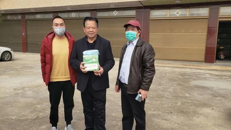 2月26日,第四站,祁东县侨企——伍府出口贸易公司,为复工复产企业捐送口罩。