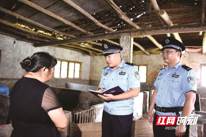 长沙县开慧镇派出所副所长刘献泽(中)带队来到受害人金某家询问被骗过程,展开案件侦查。盛磊 摄