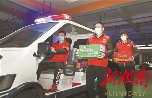 2月27日,长沙市开福区湘江世纪城小区,金泰路社区党员志愿者给湘江世纪城居家隔离人员送方便面。湖南日报记者 田超 摄