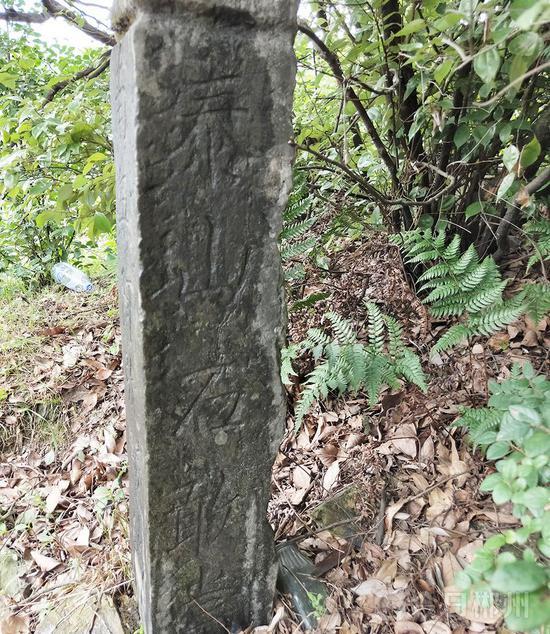 古道边的石碑