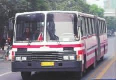 ▲1993年,行驶中的长沙老7路公交车,车型为铰链式两厢汽车。