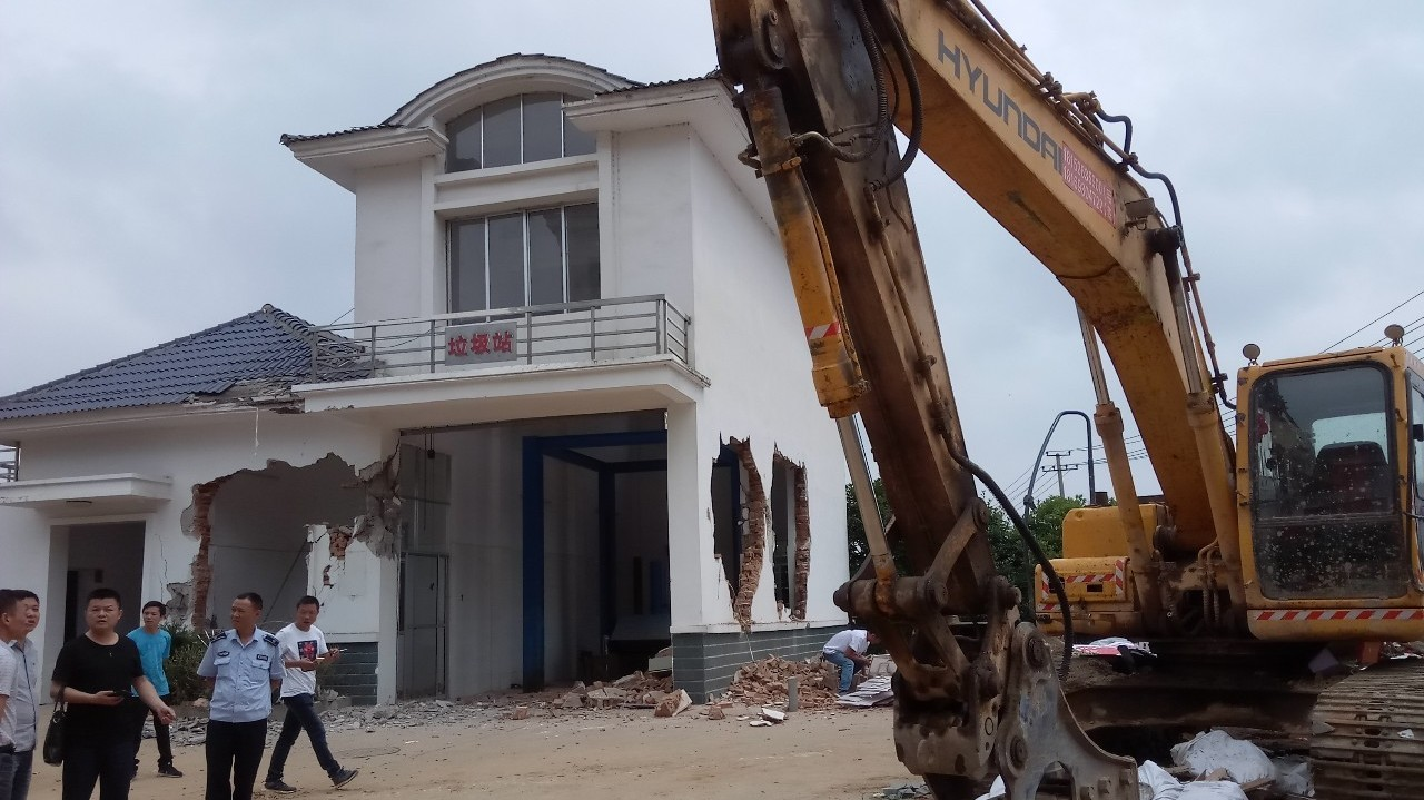 岳阳一垃圾站和公厕被不明身份人员夜间拆毁