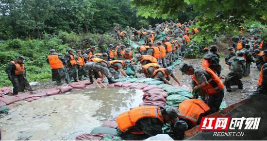 参加抗洪抢险的战士。
