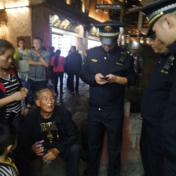 凤凰古城城管救助突发疾病的游客凤凰县委宣传部麻正规供图