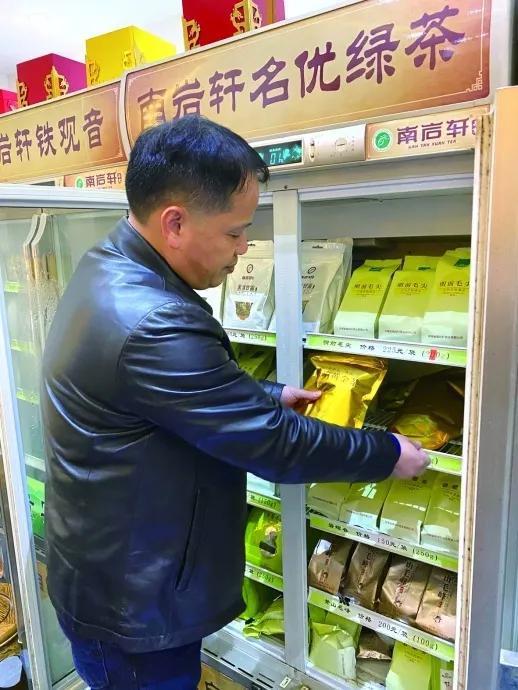 林金笔在整理卖场的茶品。