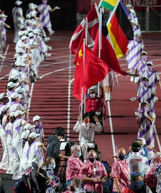 中国体育代表团旗手张雪梅(前)入场。新华社记者 胡虎虎 摄