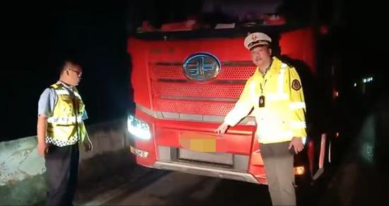 执法人员夜查发现的超限货车现场。 受访者供图