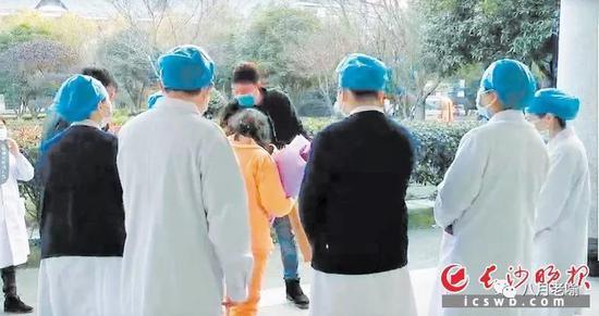 罗某兰治愈出院,向医护人员连声道谢。