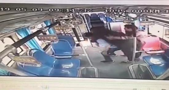 长沙150斤少年在车上晕倒 司机将其送到医院后背下车