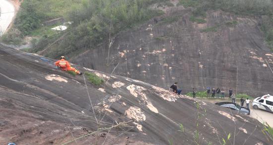 想爬上山找寻最佳观赏角度,湖南一游客被困悬崖峭壁