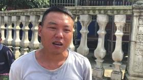 7月30日,娄底涟源同兴村,用挖掘机吊臂挡 住小客车的张宗南。    视频截图