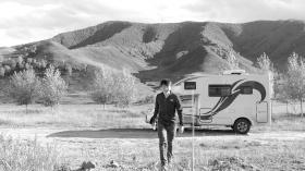 杨旭和他的房车在内蒙古草原。图/受访者提供