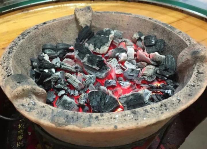 长沙一对六旬夫妻疑似在家烧炭取暖中毒死亡