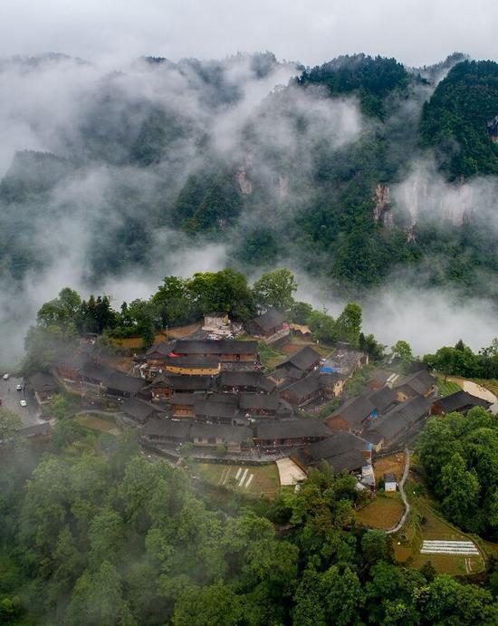 云遮雾绕下的十八洞梨子寨,晃如仙境一般。石林荣摄