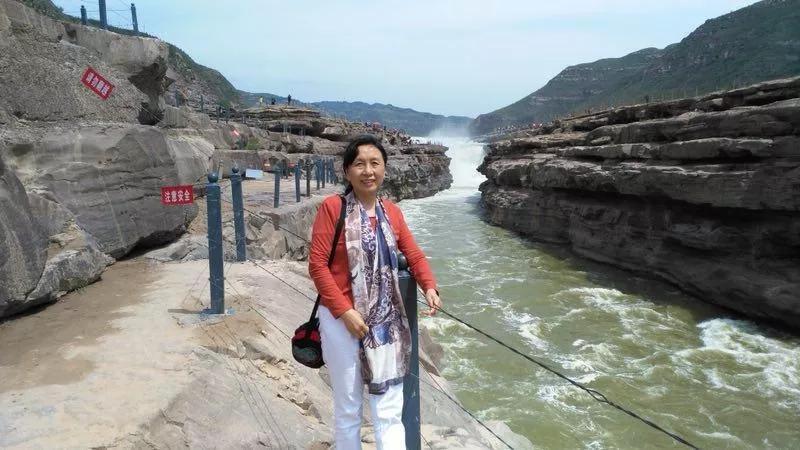 宿舍照上铺躺着说笑的就是李晓秀,一个来自湖南郴州的知青。