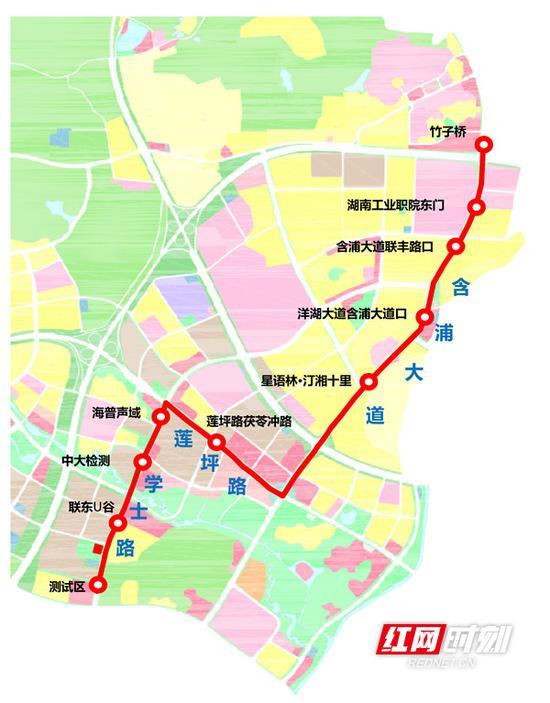 这是全国首条开放道路智慧公交线路 全长7.8公里 中途设22站。