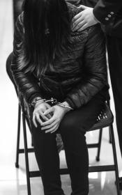 11月9日,一起跨国电信网络敲诈勒索案在浏阳法院一审公开宣判。宣判现场,一名被告人一直低着头,用头发遮挡面部。组图/潇湘晨报记者 辜鹏博