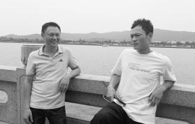 9月1日,长沙杜甫江阁附近,跳入湘江救人的陈正国(左)和张英林。  图/王国光